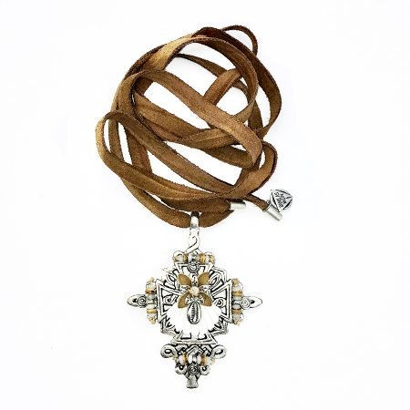 collar cross cowrie lux